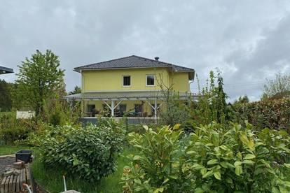 Schönes Einfamilienhaus mit traumhaftem Garten und Nebengebäude