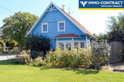 blaues, voll unterkellertes Holzriegelhaus