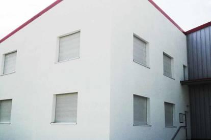 Bürogebäude mit Schauraum und Freigelände