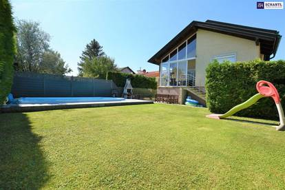 Schnell zugreifen: Zweifamilienhaus mit sieben Zimmern in Grünruhelage mit Pool und Wintergarten!