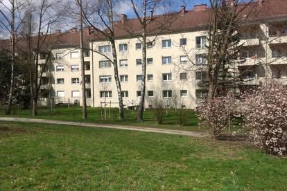 Idyllisches Familienleben in traumhafter Lage! Mit 2 Kinderzimmern und schöner Loggia! Umgeben von Grünflächen und 1A Infrastruktur! Provisionsfrei!