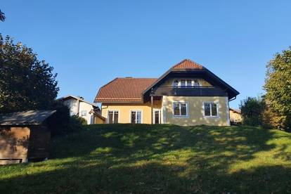 Henndorf am Wallersee: Exklusives, 1-2-Familienhaus mit 2 autarken Wohnungen in zentraler, ruhiger Ortslage mit parkähnlichem Garten