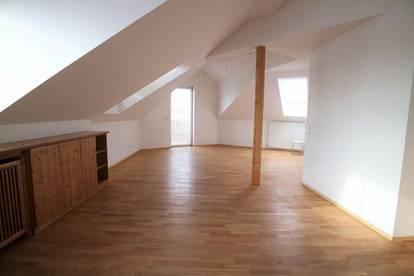 Helle 2-Zimmer-Dacheschoßwohnung mit Bergblick in der Riedenburg