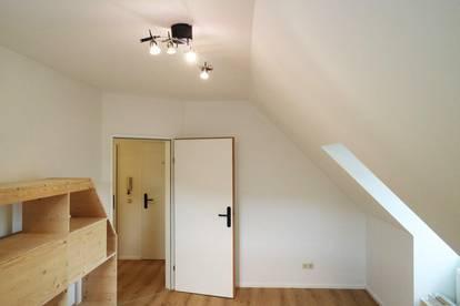 Ruhige, 2 Zimmer Dachgeschoss Wohnung