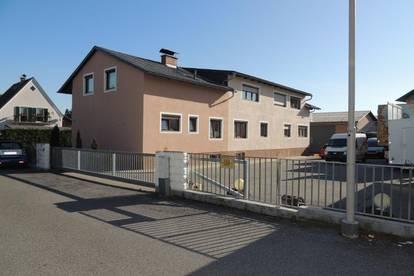 TOP Wohnhaus mit 3 Wohnungen, einer Halle, 3 Garagen und Garten!
