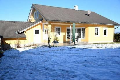 Vollunterkellertes, sonnig gelegenes Einfamilienhaus mit drei Garagen und großem Carport