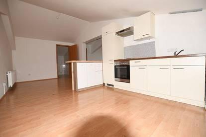 Zweier-WG-geeignete Dachgeschosswohnung - 110m² für 776,91 inkl. Betriebskosten und Parkplatz