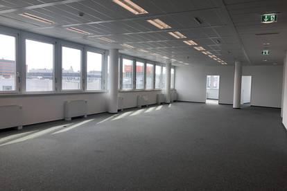 Offene Büroflächen in modernem Gebäude