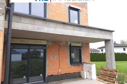 Helle, lichtdurchflutete Neubau-Doppelhaushälfte in sonniger Siedlung gelegen! Wird schlüsselfertig übergeben!