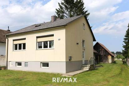 Einfamilienhaus mit großzügigen Nebengebäuden und Holzstadl