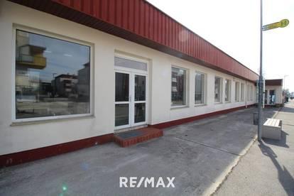 Geschäftsfläche mit breiter Auslagenfront, Freifläche und Parkplätzen