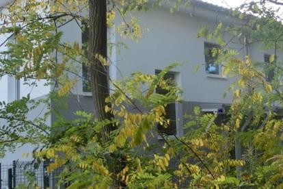 Feldkirchen, neuwertige Doppelhaushälfte mit großem Garten und 2 Carportplätzen