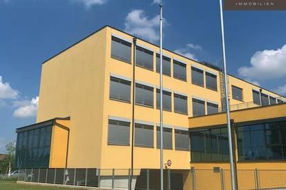 Effiziente Büros und Halle - in modernem Bürogebäude ||