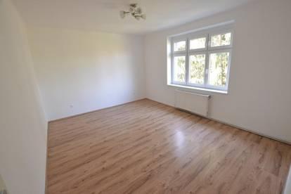 Helle freundliche 2 1/2 Zimmer Wohnung mit Grünblick