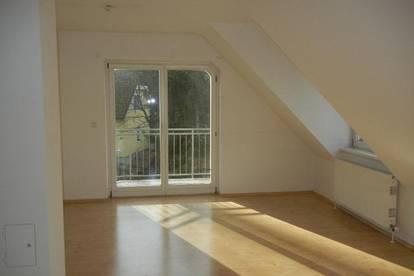 3-Zimmer Dachgeschosswohnung mit Lift, Garagenplatz und Balkon