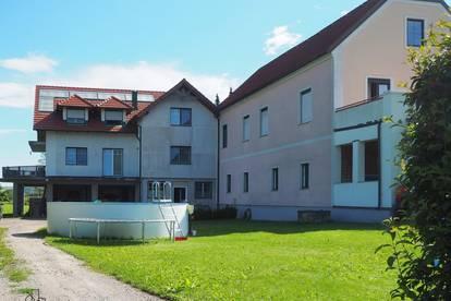 Zwei Häuser auf großem Grundstück samt Parkflächen!