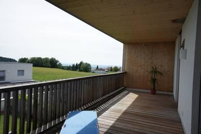 RUHELAGE: Neuwertige 3-Zimmer-Wohnung in Neulichtenberg mit sonniger Loggia und Fernblick