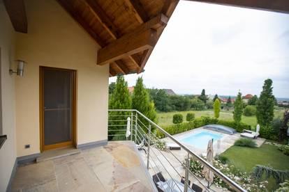 Wohlfühlen auf höchstem Niveau - neuwertiges Architektenhaus umgeben von Weingärten