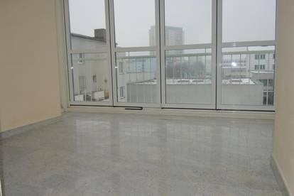 Helle 3,5-Zimmer-Wohnung mit Wintergarten und Loggia - WG-tauglich!!!