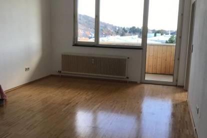 NEUE 3 Zimmer Mietwohnung mit Loggia und KFZ-Abstellplatz im Zentrum des Weinanbaus.