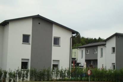 Bei Gleisdorf: Doppelhäuser m. Eigengrund + 2 Carports + Kellerersatzabteil; ziegelmassiv 50er