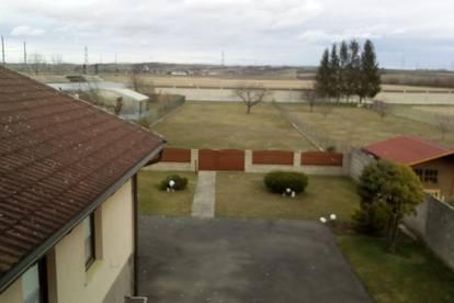 Gepflegtes großes Haus mit 2 Wohnungen und großem Grundstück, für große Familie, 2 Familien oder für wohnen und arbeiten