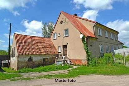 Einfamilienhaus mit Stallgebäude
