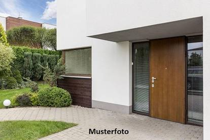 Einfamilien-Doppelhaushälfte mit Nebengebäude