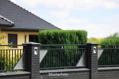 Einfamilienhaus mit Biotop im Garten