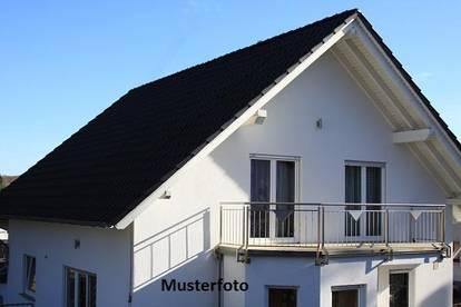 U-förmiges Einfamilienhaus mit Garagen
