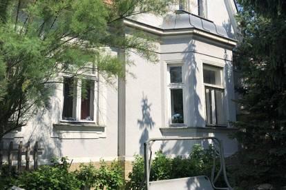 Jahrhundertwende Stilvilla in 2 Wohnetagen mit schönen Stilelementen, modernisierungsbedürftig, der Grundriß würde auch den Umbau in ein Zweifamilienhaus erlauben, kleiner, gemütlicher, pflegeleichter Garten