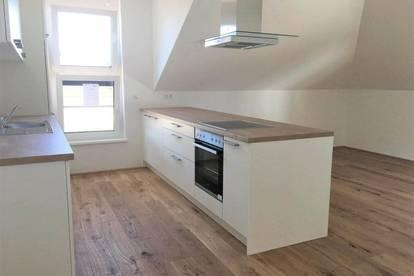 ERSTBEZUG - Dachgeschosswohnung inkl. Einbauküche