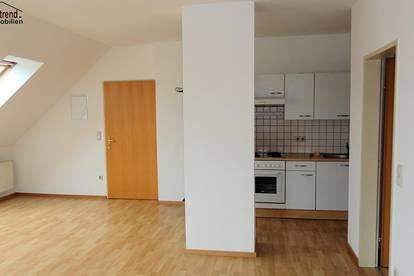 Super geschnittene 2 Zimmer Dachgeschoss Wohnung mit Parkplatz