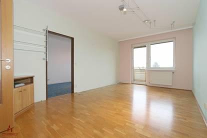Geräumige, schöne, helle, 2 Zimmer Wohnung mit Loggia und Burgblick