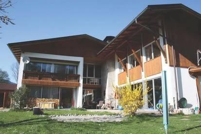 Großzügiges, neuwertiges 2-Zimmer-Dachatelier mit zusätzlichem Garten in Adnet