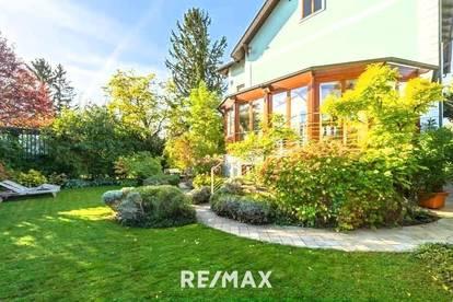 Stilvilla mit traumhaft angelegtem Garten und kleinem Indoorpool