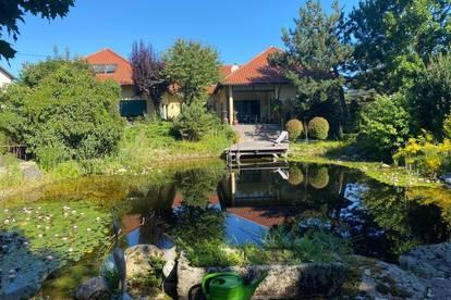 Exklusive Villa auf  großzügigem Grundstück mit Indoor Pool und Schwimmteich