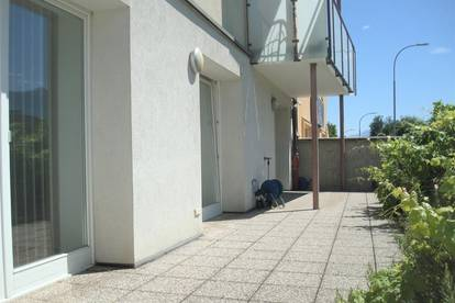 WG-Wohnung mit Terrasse und Grünstreifen