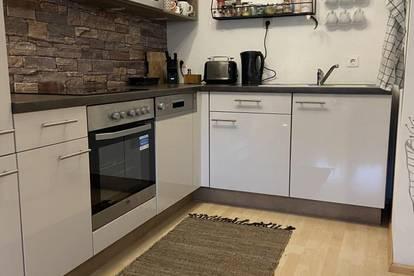 Helle, bestens aufgeteilte 2-Zimmer Wohnung mit möblierter Küche und Loggia in Stadtrandlage Ried