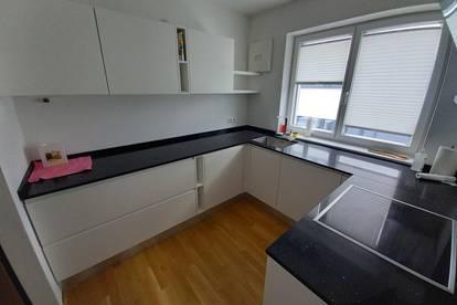 Gelegenheit! Neuwertige, modern möblierte 3-Zimmer-Wohnung mit verglaster Loggia und Carportplatz in ruhiger Wohnlage Ried