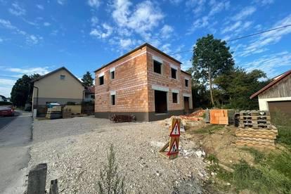 Grundstück mit Rohbau-Doppelhaushälfte inkl. fertigem Dach zum selber fertigstellen