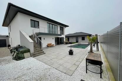 2 Häuser um Preis von 1!!  Exklusives Zweifamilienhaus inkl. Salzwasser Pool + 63 m² großem Bungalow