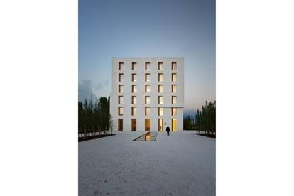 Lichtdurchflutete Büroräumlichkeit in außergewöhnlichem Architektenhaus