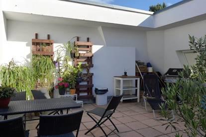 Terrassenwohnung mit herrlichem Ausblick; große Parkanlage, Tennisplatz, Pool, Garage