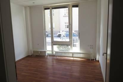 IBK-Pradl: 2 freie geräumige, zentral gelegene WG-Zimmer in einer 7er Studenten WG-Wohnung!
