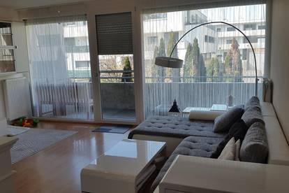 Helle Wohnung mit großer Fensterfront und Garten, mit guter Verkehrsanbindung