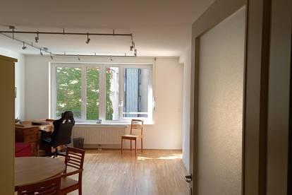 Schöne Zweizimmer-Wohnung, Hof-Ruhelage, neuwertig, prompt beziehbar, provisionsfrei.