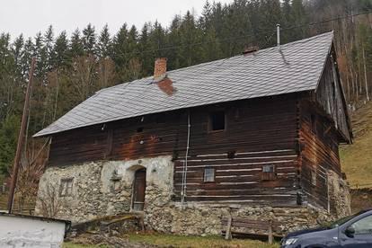 Altes Bauernhaus mit Wirtschaftsgebäude