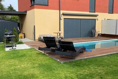 Moderne Doppelhaushälfte mit Garten, Pool und 2 Carports