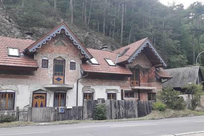 Landhausvilla mit Felsen und Wald zum Schnäppchenpreis